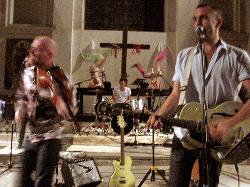Los Hidden Cameras profanan una iglesia by Commonpeoplemusic.com