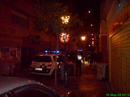 Un par de policías nos separan, ya nos han fastidiado el fin de semana (Dos Policías – Los Punsetes)